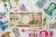 Japanse Yen en Chinese Yuans Stock Afbeeldingen