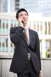 Japanse zakenmanbesprekingen met een mobiele telefoon Royalty-vrije Stock Foto