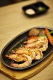 Japanse Zeevruchten Gebraden kruidige garnalen met kruiden royalty-vrije stock foto
