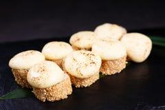 Japanse zeevruchten, sushibroodjes met gesmolten kaas royalty-vrije stock afbeelding