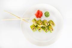 Japanse zeevruchtensushi, broodje en eetstokje op een witte plaat stock afbeeldingen