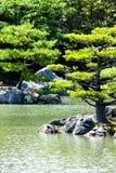 Japanse zentuin in het park van de kinkakujitempel, Kyoto Royalty-vrije Stock Afbeeldingen