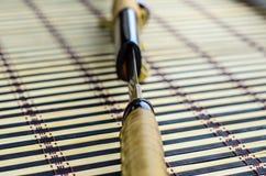 Japanse zwaardkatana op bamboemat Selectieve nadruk stock foto