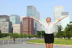Japansk affärskvinna för lycklig framgång i Tokyo Fotografering för Bildbyråer