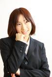 Japansk affärskvinna som drömmer på hennes framtid Arkivbild