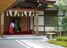 Japansk arbetare på Fushimi Inari Arkivbild