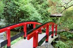 Japansk bro i Butchart trädgårdar Royaltyfri Fotografi