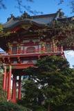Japansk byggnad i trädgård Arkivfoton