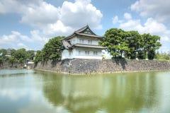 Japansk byggnad som förbiser sjön Royaltyfria Foton