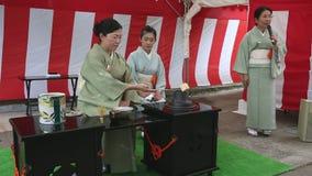 Japansk ceremoni för grönt te i trädgården lager videofilmer