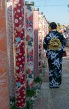 Japansk dam i traditionell kimonoklänning i Arashiyama, Japan royaltyfria bilder