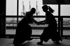 Japansk Dojo för man- och kvinnaAikidokrigare Fotografering för Bildbyråer