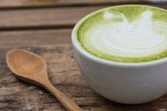 Japansk drink, Lattekopp av grönt te arkivfoto