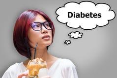 Japansk flicka som äter glass och bekymmer om sockersjuka arkivfoto