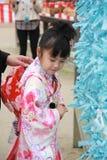 Japansk flicka som bär i den traditionella dräkten i den Dazaifu tenmangurelikskrin Arkivbilder
