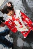 Japansk flicka som bär i den traditionella dräkten i den Dazaifu tenmangurelikskrin Fotografering för Bildbyråer
