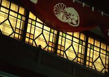 Japansk gammal traditionell fönsterbakgrund med träräcke royaltyfria bilder