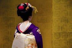 Japansk geisha med en guld- bakgrund Royaltyfria Bilder