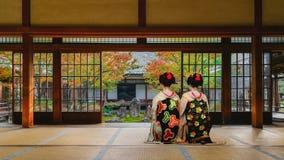 Japansk Geisha på i den färgrika hösten på den Kenninji templet i Kyoto Royaltyfri Foto