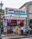 Japansk glass shoppar i gatorna av Kamakura - TOKYO, JAPAN - JUNI 12, 2018 Arkivbilder