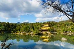 Japansk guld- tempel i en zenträdgård och sjö Arkivfoton