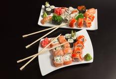 Japansk havs- sushi för två plattor Fotografering för Bildbyråer