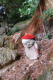 Japansk jizo i en skog royaltyfri bild