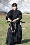 Japansk kampsport med katanasvärdet Arkivfoton