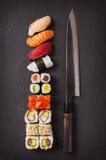 Japansk kniv med sushi Royaltyfri Fotografi
