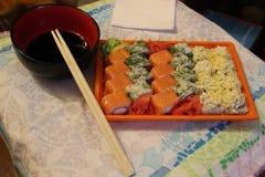 Japansk kokkonst är den nationella läckerheten av sushi och rullar Arkivfoton