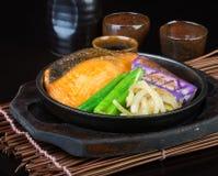 Japansk kokkonst fisk för varm platta på bakgrunden arkivfoton