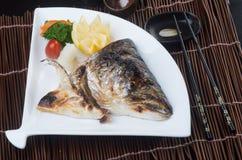 Japansk kokkonst stekt fiskhuvud på bakgrunden Arkivfoton