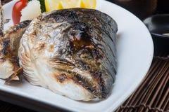 Japansk kokkonst stekt fiskhuvud på bakgrunden Arkivbilder