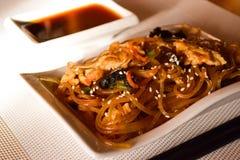 Japansk kokkonst - stekte nudlar (udon) med nötkött och grönsaker Arkivbild