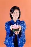Japansk kvinna med lotusblomma Royaltyfri Bild