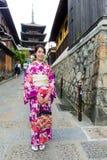 Japansk kvinna med pagoden för kimonobesökyasaka Arkivfoto
