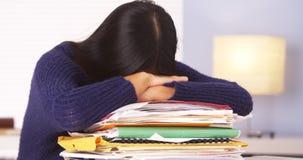 Japansk kvinna som tröttas av att göra skrivbordsarbete royaltyfri foto