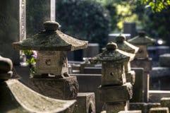 Japansk kyrkogård med stenlyktor Royaltyfri Fotografi