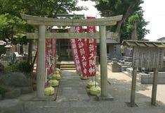 Japansk kyrkogård med Torii och baner Royaltyfria Bilder