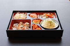 japansk lunch för bento ask av snabbmat med den rökte ålen och grönsaken Royaltyfria Bilder