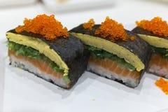 Japansk maki med laxtamago och tobiko Royaltyfri Bild