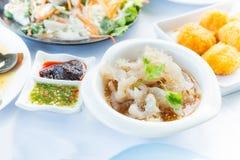 Japansk manetsallad, den kryddiga maträtten tjänade som gemensamt i restaura arkivfoto