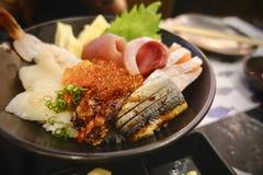 Japansk mat inkluderar den stora uppsättningen för sushi och för sashimien laxen, tonfisk, otoro och humret Arkivbilder