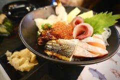 Japansk mat inkluderar den stora uppsättningen för sushi och för sashimien laxen, tonfisk, otoro och humret Fotografering för Bildbyråer