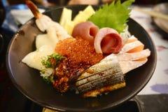 Japansk mat inkluderar den stora uppsättningen för sushi och för sashimien laxen, tonfisk, otoro och humret Royaltyfri Fotografi