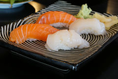 Japansk mat - Salmon Sushi och kammusslasushi Royaltyfria Bilder