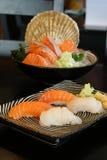 Japansk mat - Salmon Sushi och skalsushi Royaltyfri Bild