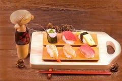 Japansk mat, sushi med pinnar på trätabellväggbackgr Arkivbilder