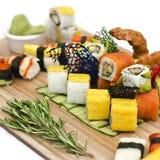 Japansk mat - sushi, sashimi, rullar på ett träbräde isolate royaltyfria foton