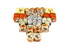 Japansk matrestaurang, platta för rulle för sushimaki gunkan eller uppläggningsfatuppsättning Kalifornien sushirullar med laxen S arkivfoto